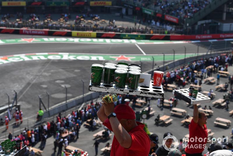 Venditore di birra e tifosi