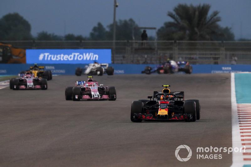 Макс Ферстаппен, Red Bull Racing RB14, попереду суперників