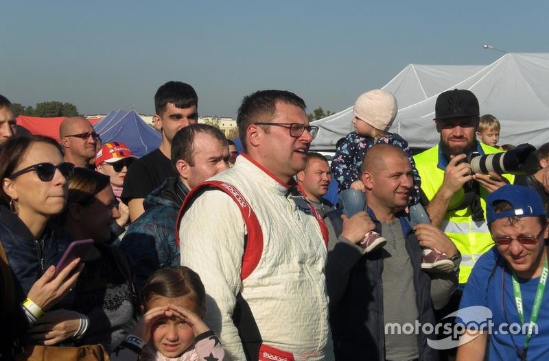 Сергій Россоха з вболівальниками спостерігає подіумні церемонії