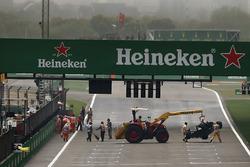 Mariscales quitan el coche destrozado de Antonio Giovinazzi, Sauber C36