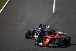 Кими Райкконен, Ferrari SF70H, и Ромен Грожан, Haas F1 Team VF-17