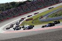 Льюіс Хемілтон, Mercedes-Benz F1 W08, лідирує на старті гонки