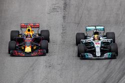 Lewis Hamilton, Mercedes AMG F1 W08, Max Verstappen, Red Bull Racing RB13, vechten voor de leiding in de wedstrijd