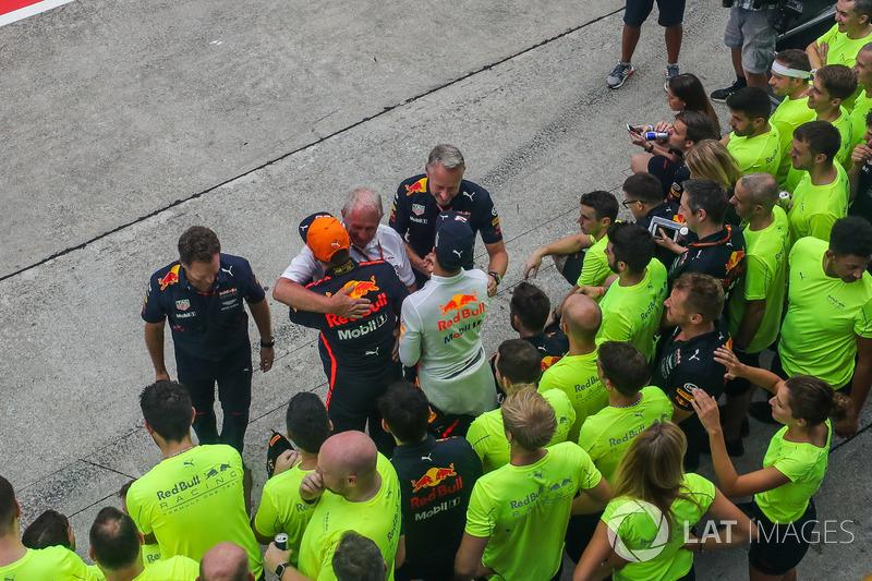 Переможець гонки Макс Ферстаппен, Red Bull Racing, Крістіан Хорнер, керівник Red Bull Racing, DХельмут Марко, автоспортивний консультант Red Bull, та Даніель Ріккардо, Red Bull Racing, святкують з командою