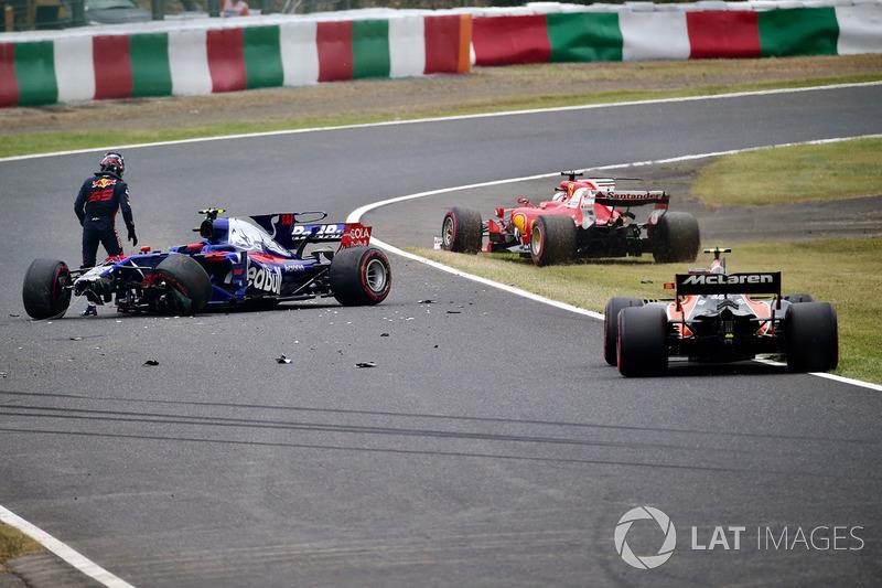 Carlos Sainz Jr., Scuderia Toro Rosso STR12 mengalami kecelakaan