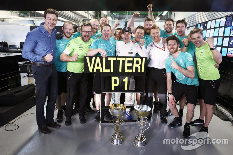 Race winner Valtteri Bottas, Mercedes AMG F1, celebrates with his team