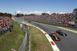 Fernando Alonso, McLaren MCL32, Romain Grosjean, Haas F1 Team Team VF-17