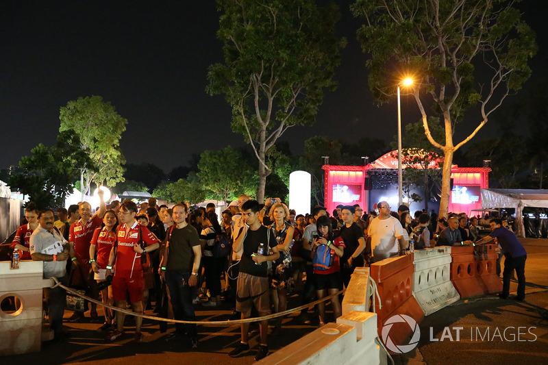 Fans und Bühne im Village