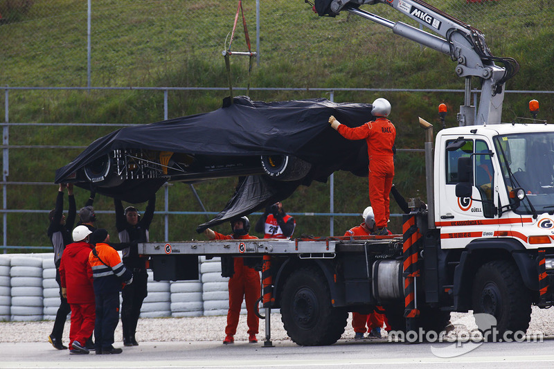 Marshals recover the Jolyon Palmer, Renault Sport F1 Team RS17