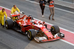 Sebastian Vettel, Ferrari SF70H, arrêté dans la voie des stands