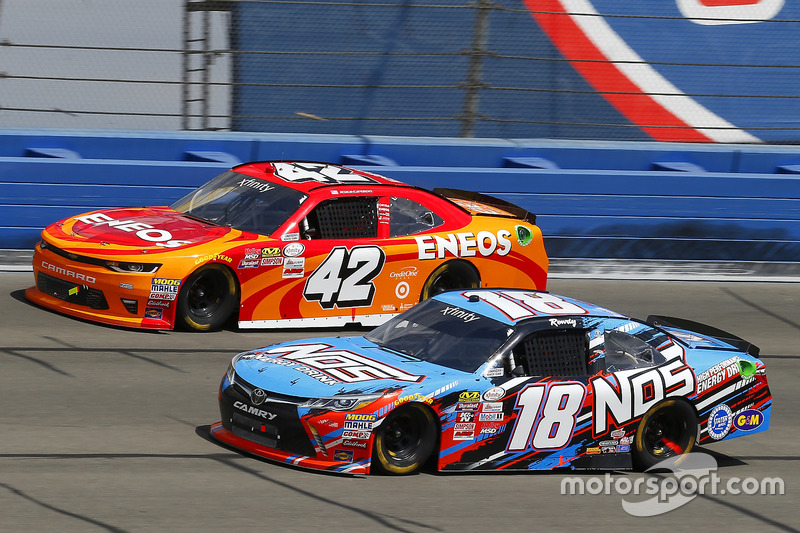 Kyle Busch, Joe Gibbs Racing, Toyota; Kyle Larson, Chip Ganassi Racing, Chevrolet