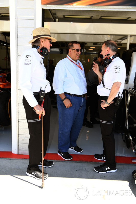 El Jeque Mohammed bin Essa Al Khalifa, Director Ejecutivo de la Junta de desarrollo económico de Bahrein y accionista de McLaren, Mansour Ojjeh, TAG y Jonathan Neale, Director Gerente de McLaren