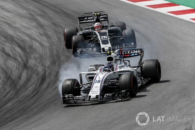 Lance Stroll, Williams FW40 locks up in front of Kevin Magnussen, Haas F1 Team VF-17