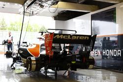 Une McLaren MCL32 sans roue dans le garage