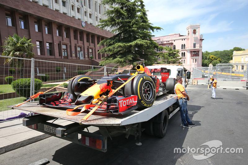 The Red Bull Racing RB12 Даніеля Ріккардо, Red Bull Racing, повертається назад в бокси в кузові вантажівки