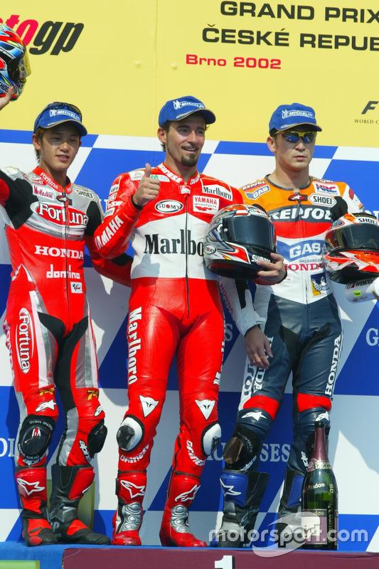 Podio: 1º Max Biaggi, 2º Daijiro Kato, 3º Tohru Ukawa