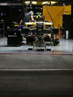 El garaje de Renault Sport F1 Team pit en la noche