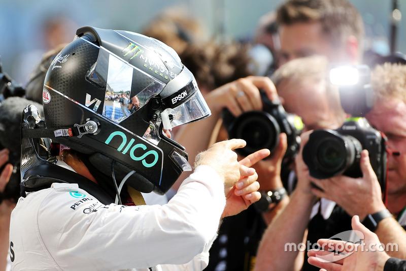 Победитель - Нико Росберг, Mercedes AMG F1 празднует в закрытом парке