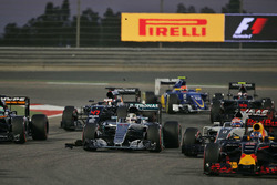 Lewis Hamilton, Mercedes AMG F1 Team W07 na contact met Valtteri Bottas, Williams FW38