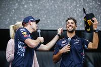 Макс Ферстаппен, Red Bull, та Даніель Ріккардо, Red Bull Racing, на сцені Ф1