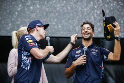 Max Verstappen, Red Bull, Daniel Ricciardo, Red Bull Racing, sul palco della F1