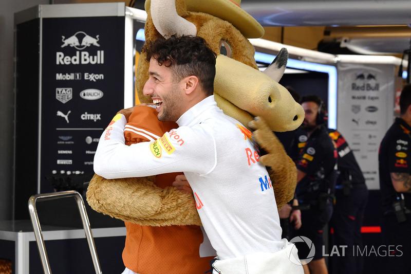Daniel Ricciardo, Red Bull Racing y la Mascota de los Cuernos Largos de Texas en el Red Bull Racing garaje