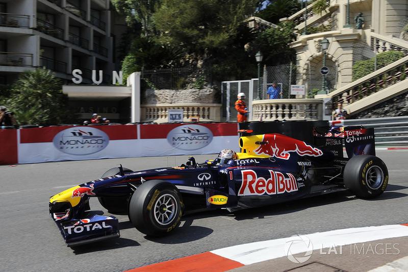 A prova de 2011 tinha tudo para ficar movimentada no fim, mas uma troca de pneus durante uma bandeira vermelha deixou Vettel confortável para vencer. Hamilton, que largou em nono, foi responsável por grande parte das disputas roda a roda da prova.