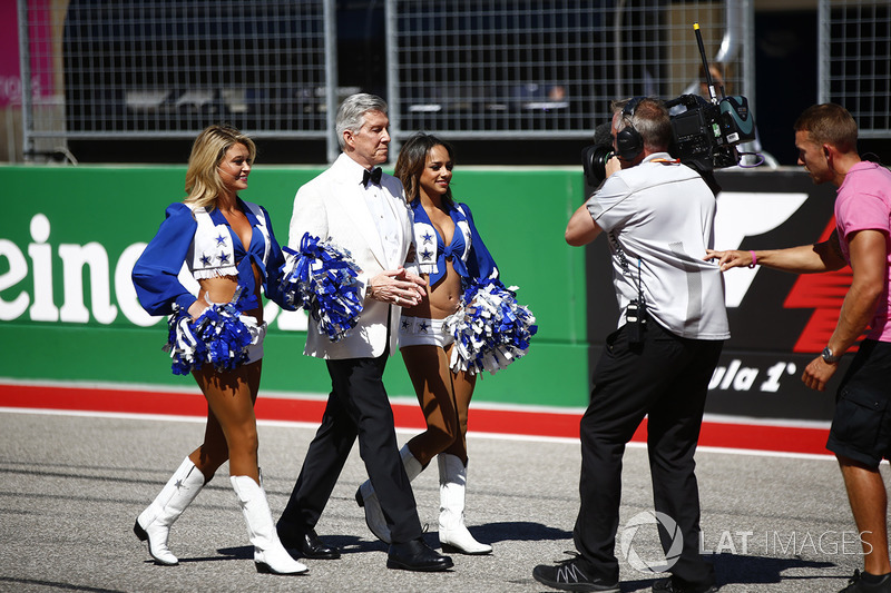 Michael Buffer con dos vaqueritas de Dallas