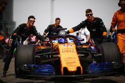 Fernando Alonso, McLaren MCL33 Renault, arrives on the grid