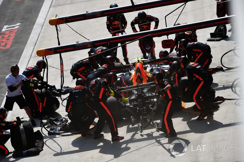 18 коло. Пілоти Red Bull роблять синхронні піт-стопи – першими з топ-6