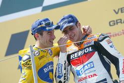 Podio: ganador de la carrera Max Biaggi, segundo lugar Alex Barros