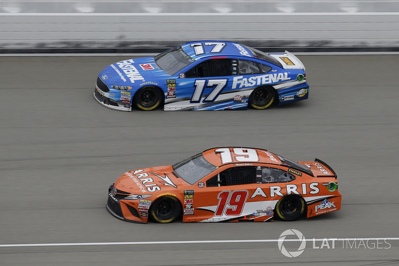 Daniel Suarez, Joe Gibbs Racing, Toyota Camry ARRIS, Ricky Stenhouse Jr., Roush Fenway Racing