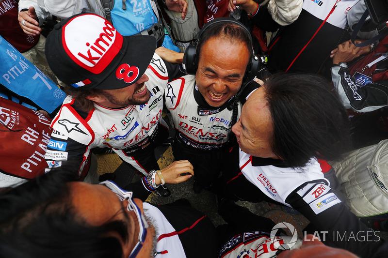 Fernando Alonso, Toyota Gazoo Racing celebra la victoria con el equipo