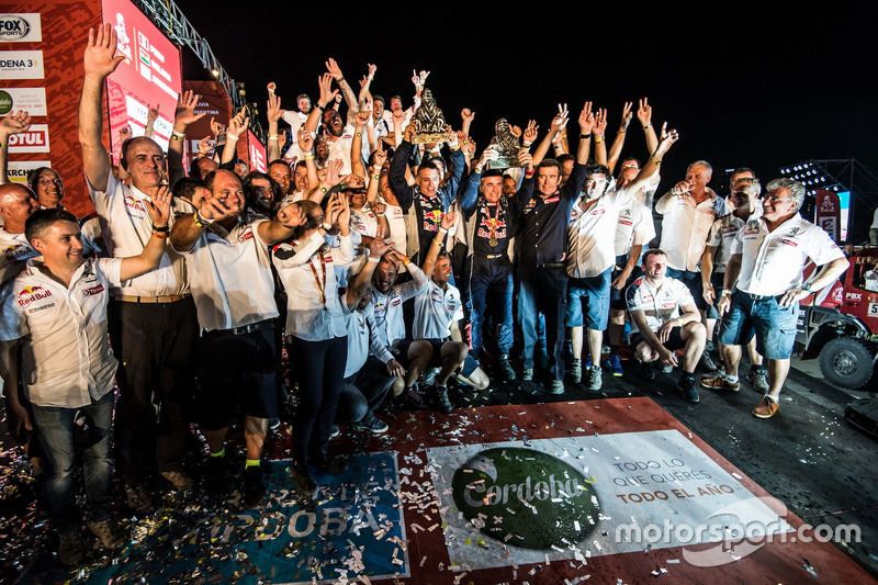 Ganador #303 Peugeot Sport Peugeot 3008 DKR: Carlos Sainz, Lucas Cruz con el equipo