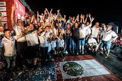 Les vainqueurs #303 Peugeot Sport Peugeot 3008 DKR: Carlos Sainz, Lucas Cruz avec l'équipe