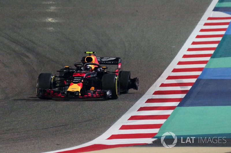 Max Verstappen, Red Bull Racing RB14 Tag Heuer, terseok-seok kembali ke pit setelah bocor ban