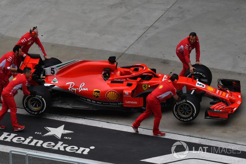 Mekanik mendorong Ferrari SF71H