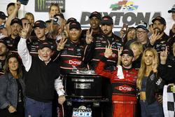 Ganador de la carrera Austin Dillon, Richard Childress Racing Chevrolet Camaro con el equipo