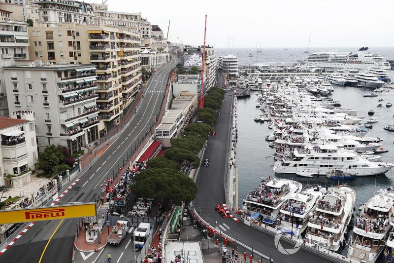 Sebastian Vettel, Ferrari SF71H, leads Lewis Hamilton, Mercedes AMG F1 W09, Kimi Raikkonen, Ferrari SF71H. Valtteri Bottas, Mercedes AMG F1 W09, Esteban Ocon, Force India VJM11 and Fernando Alonso, McLaren MCL33
