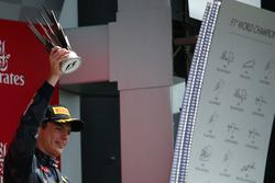 Podio: il terzo classificato Max Verstappen, Red Bull Racing RB12