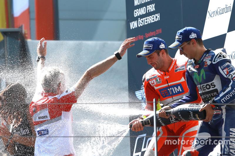 Il vincitore della gara Andrea Iannone, Ducati Team, il terzo classificato Jorge Lorenzo, Yamaha Factory Racing, Gigi Dall'Igna, General Manager Ducati Corse