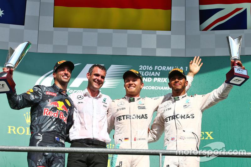 Podium (da sx a dx): secondo Daniel Ricciardo, Red Bull Racing; il vincitore Nico Rosberg, Mercedes AMG F1; terzo Lewis Hamilton, Mercedes AMG F1