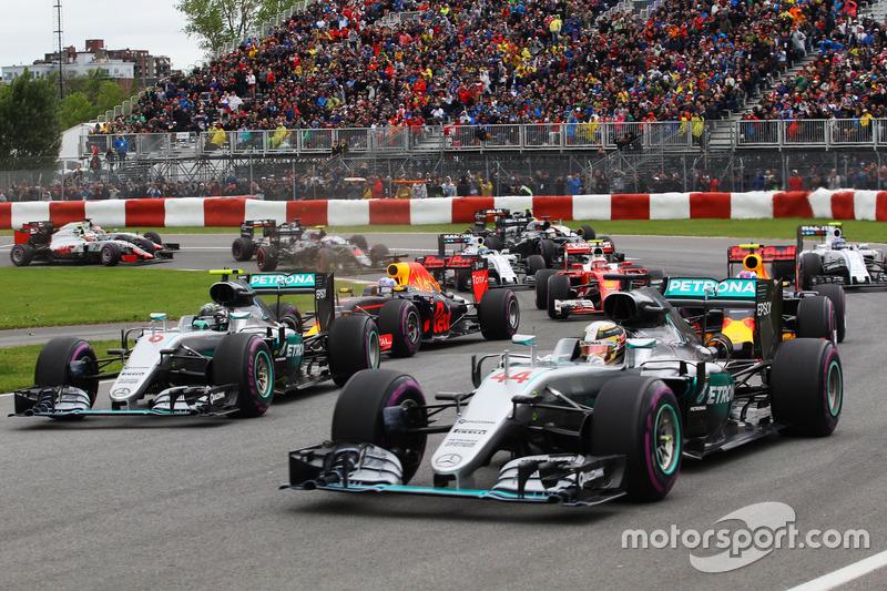 Льюїс Хемілтон, Mercedes AMG F1 W07 Hybrid та товариш по команді Ніко Росберг, Mercedes AMG F1 W07 Hybrid на старті гонки