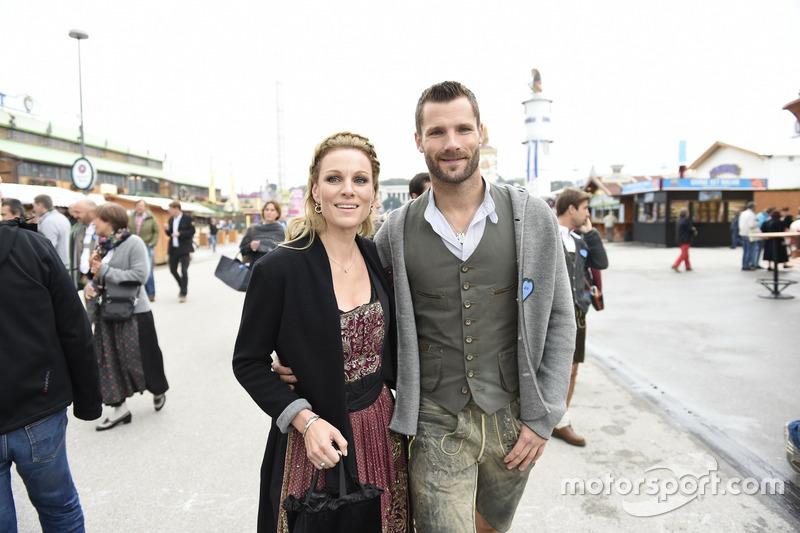 Martin Tomczyk mit seiner Frau Christina Surer