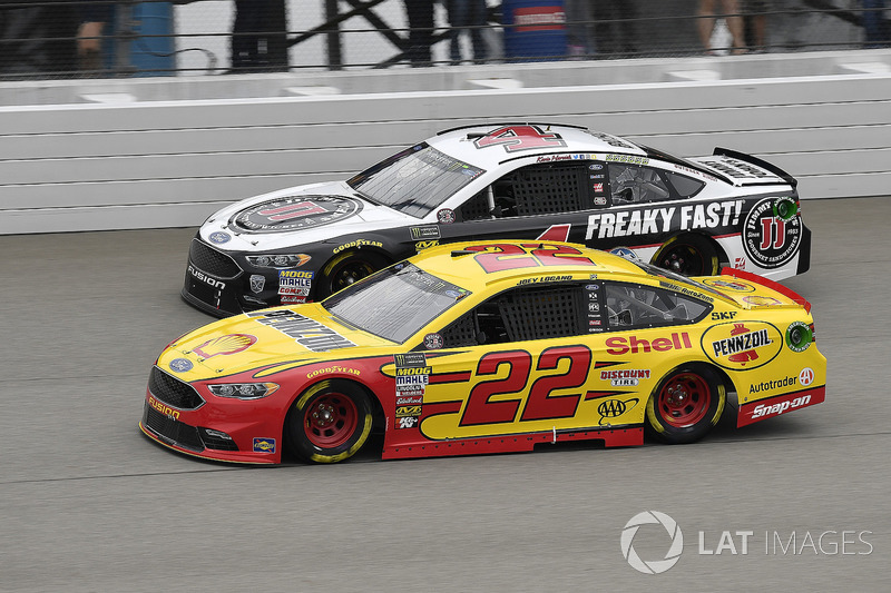 Joey Logano, Team Penske, Ford Fusion Shell Pennzoil and Kevin Harvick, Stewart-Haas Racing, Ford Fu