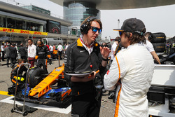 Fernando Alonso, McLaren, on the grid with an engineer