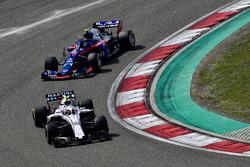 Сергей Сироткин, Williams FW41, и Пьер Гасли, Scuderia Toro Rosso STR13