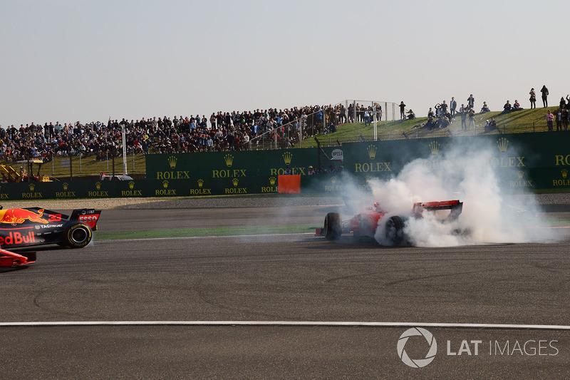 Il contatto tra Max Verstappen, Red Bull Racing RB14 e Sebastian Vettel, Ferrari SF71H
