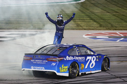 Il vincitore Martin Truex Jr., Furniture Row Racing, Toyota Camry Auto-Owners Insurance, festeggia