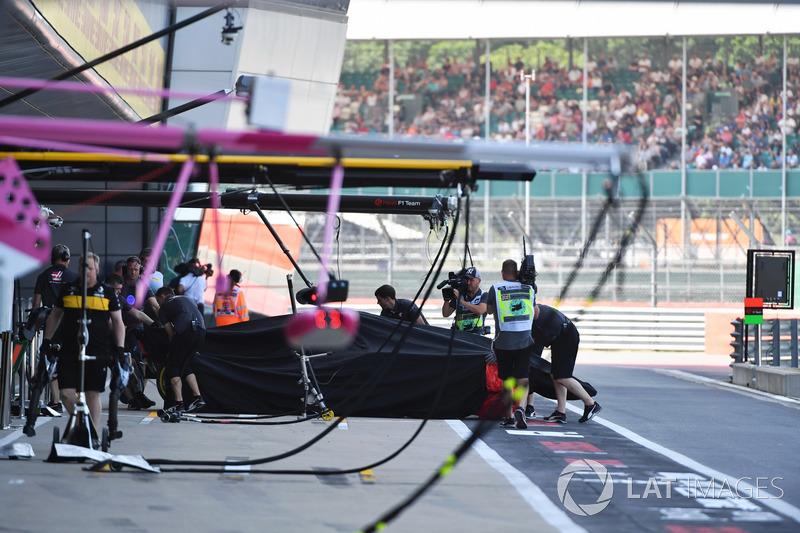 La voiture accidentée de Romain Grosjean, Haas F1 Team VF-18 revient aux stands